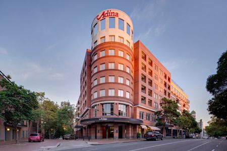 adina apartment hotel crown street exterior front
