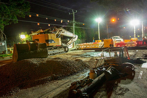 Night works, lowering the pipes into the trench