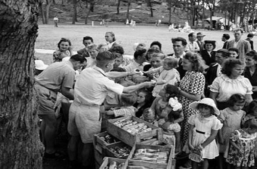 Black and white image of a picnic for new Australian migrants in 1952