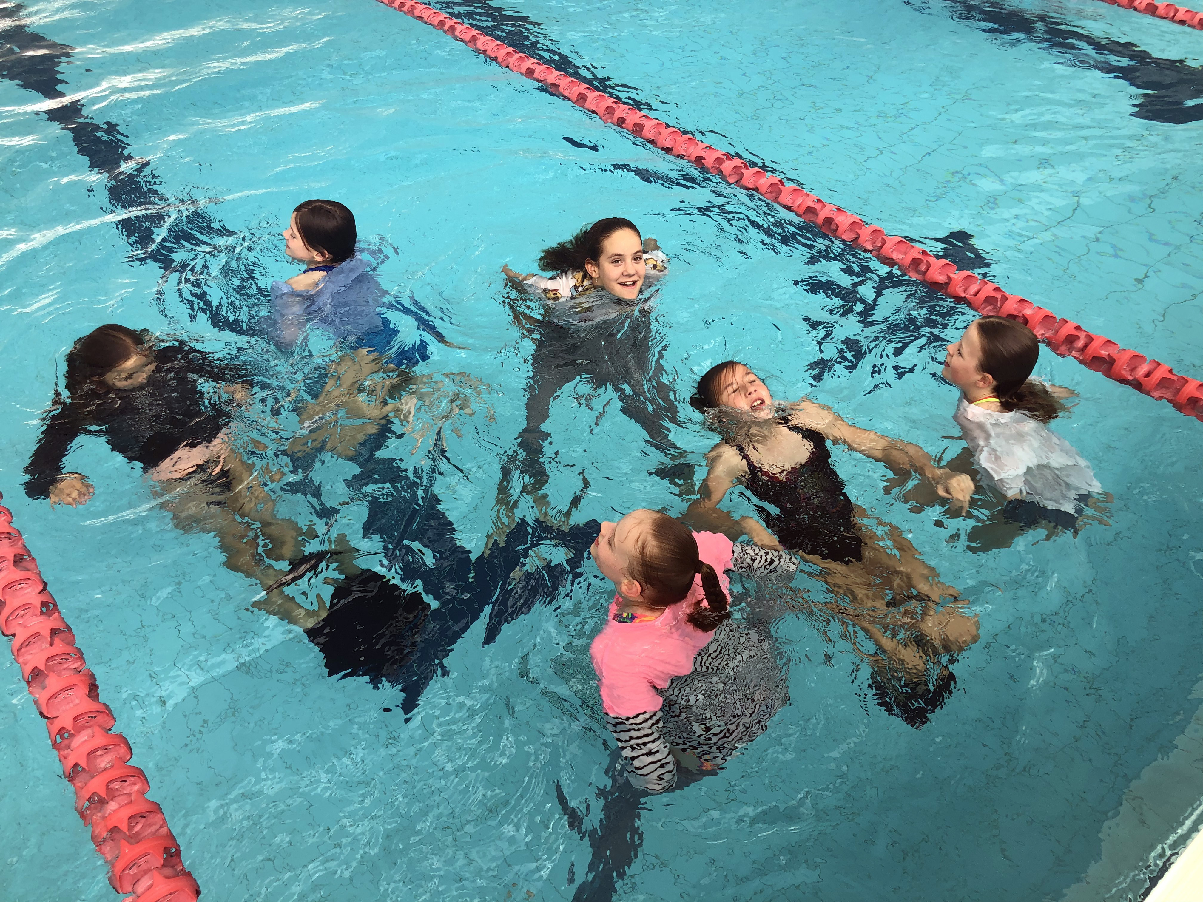 igs-water-safety-skills-group-in-pool