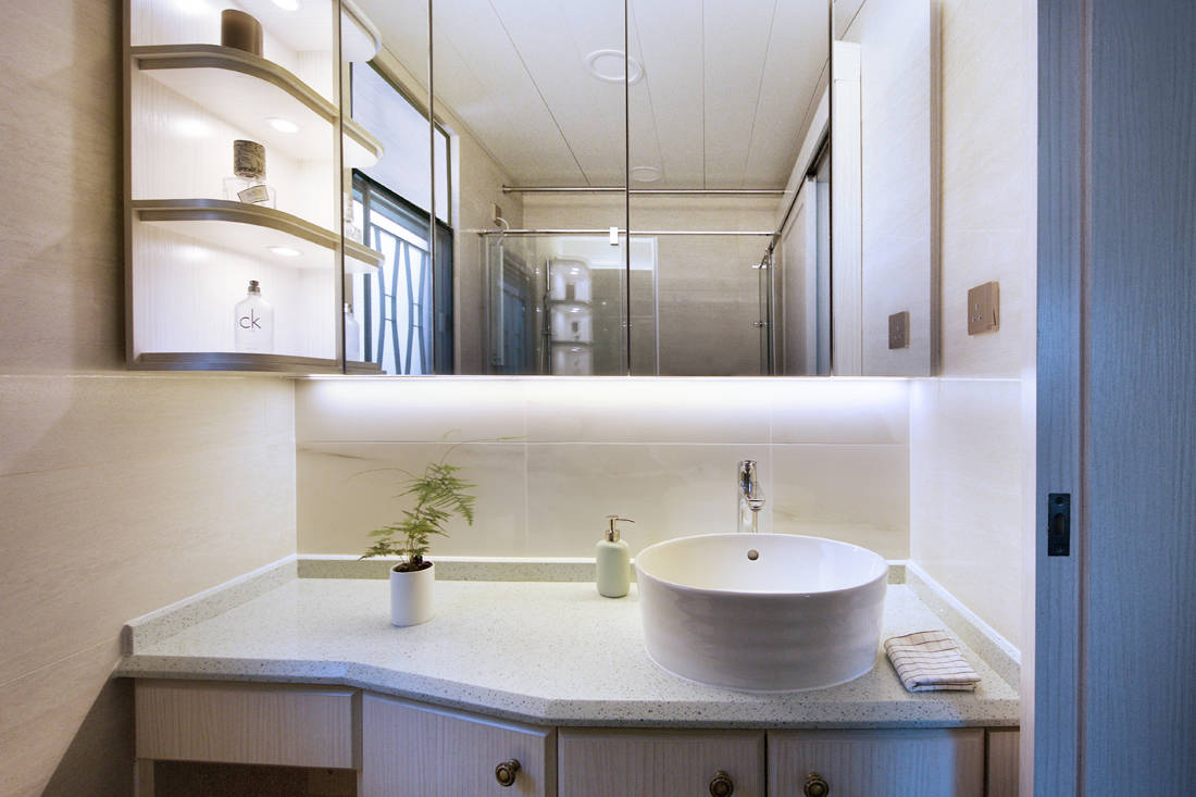 Sim-Plex Design Studio Snow White in Tiffany shoebox apartment bathroom