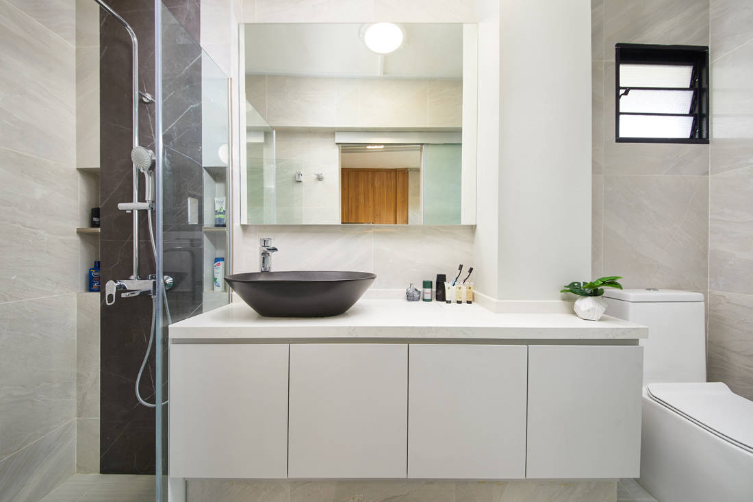 HDB resale flat common bathroom by Dots N Tots Interior