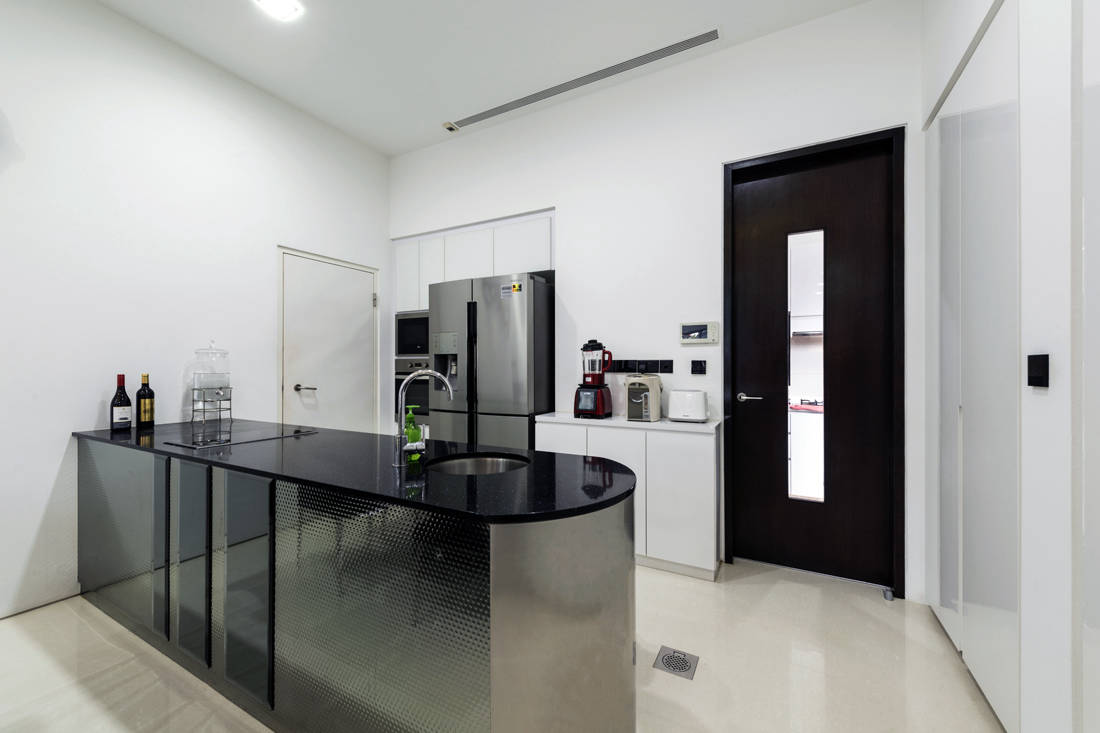 dry kitchen in semi-detached house with impressive guest room by Lux Design