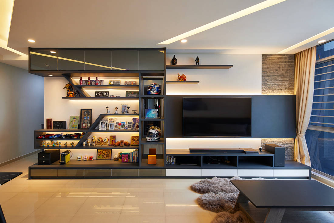 living room in laid-back home with space for collectibles by Dots N Tots Interior
