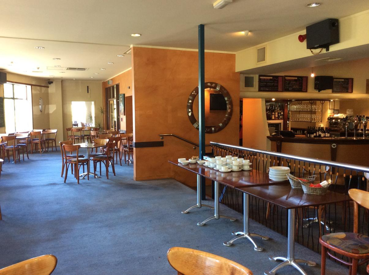 Oaks Restaurant Cafe & Bar