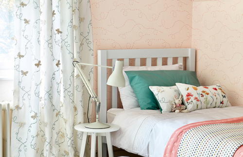 Kids bedroom with curtain and bed - Villa Nova Picture Book Yuval Zommer Flutter