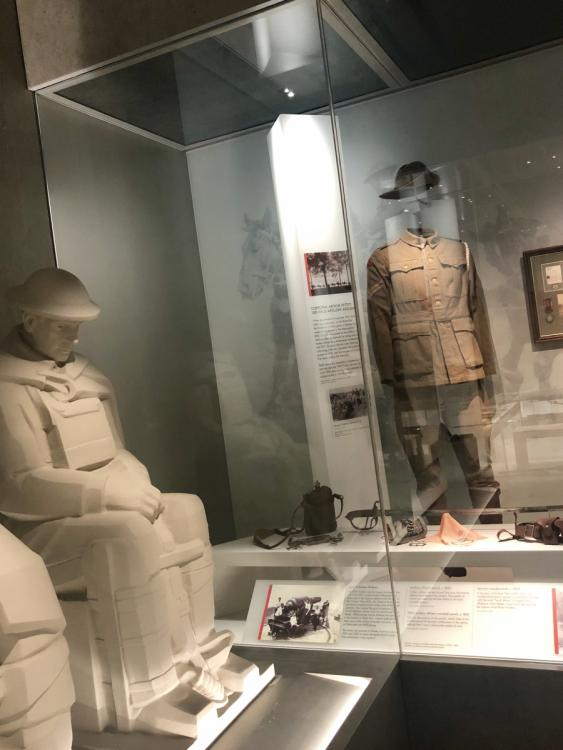 A showcase displaying a First World War uniform