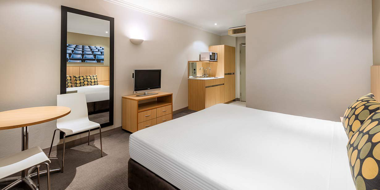 travelodge-hotel-blacktown-guest-room-bedroom-king-02-2016.jpg