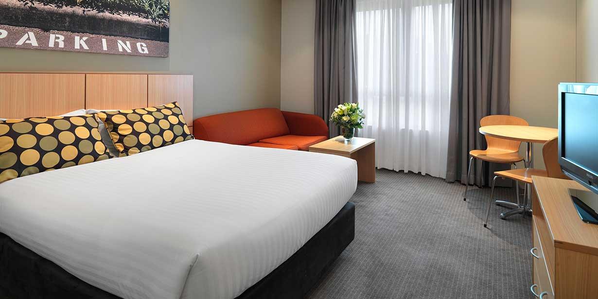 travelodge-hotel-macquarie-north-ryde-bedroom-queen-2-2015.jpg