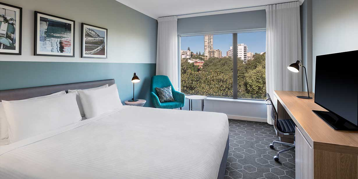 vibe-hotel-rushcutters-sydney-guest-room-bedroom-king-with-view-01-2016.jpg