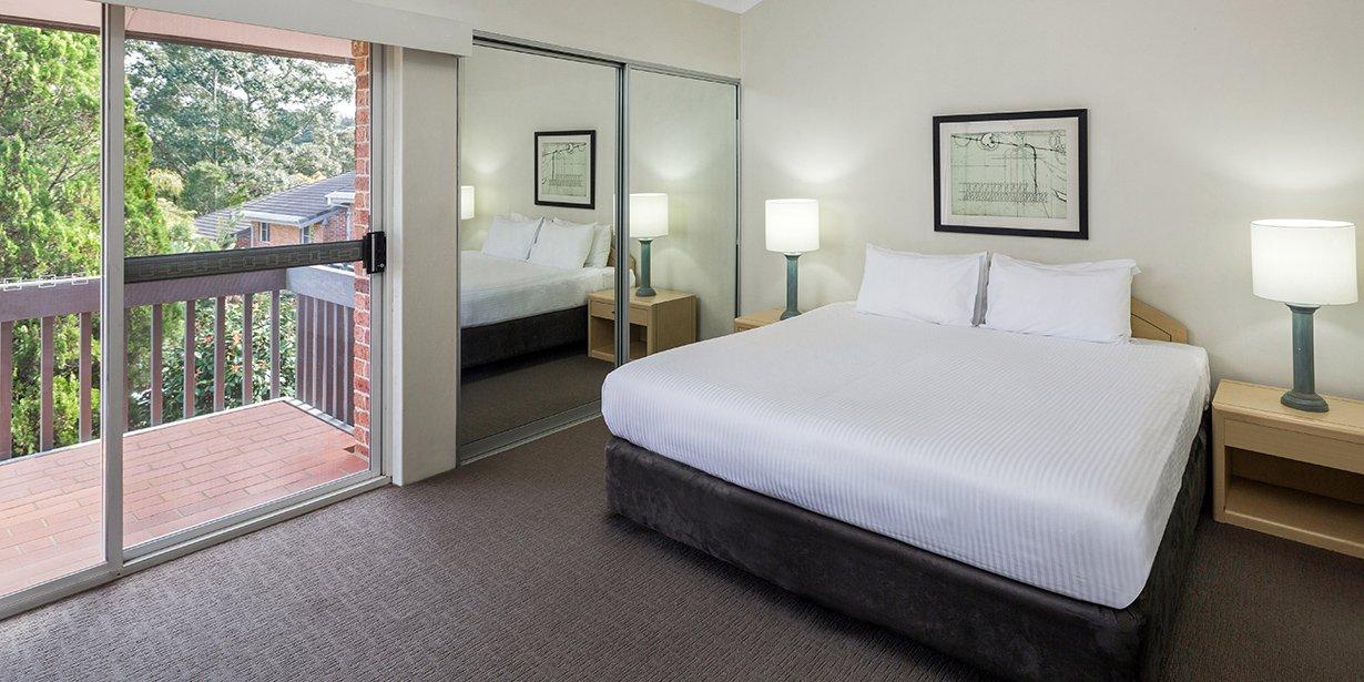 medina-serviced-apartments-north-ryde-master-bedroom-king-01-2016.73-1.jpg