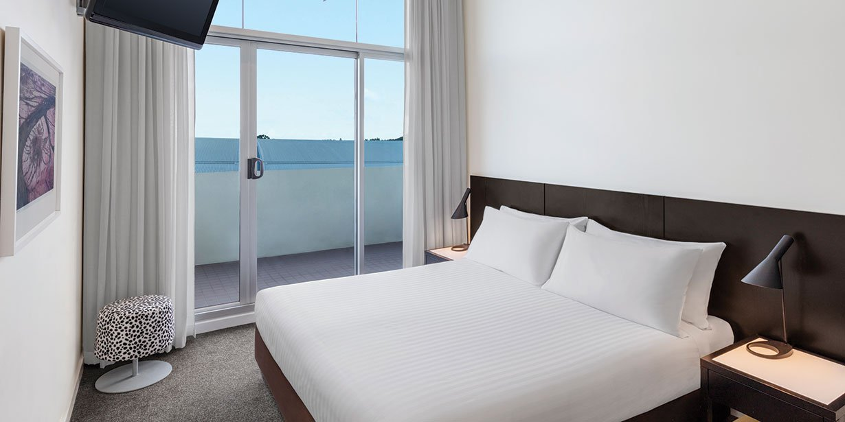 adina-apartment-hotel-perth-premier-grand-one-bedroom-apartment-bedroom-king-01-2017.jpg
