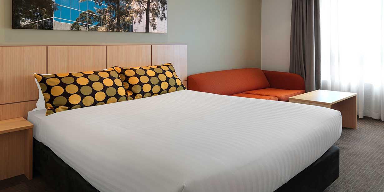 travelodge-hotel-macquarie-north-ryde-bedroom-king-2015.jpg