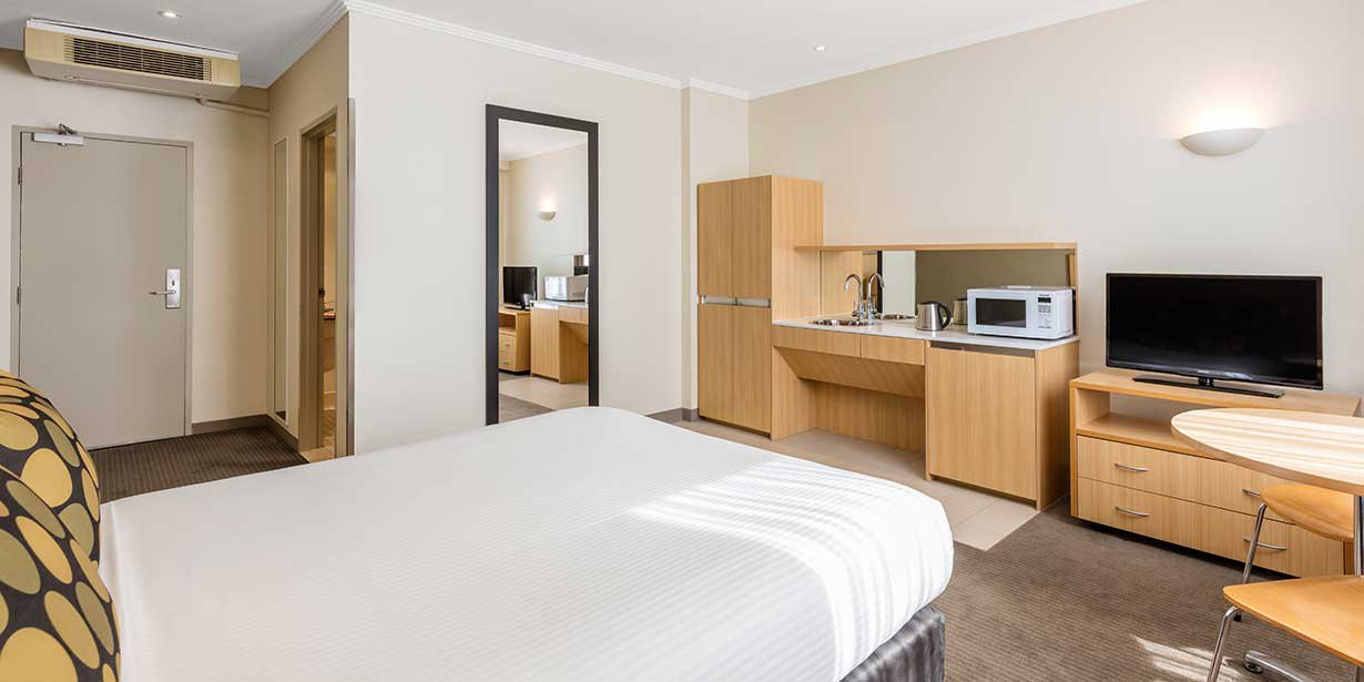travelodge-hotel-manly-guest-room-king-02-2016.jpg