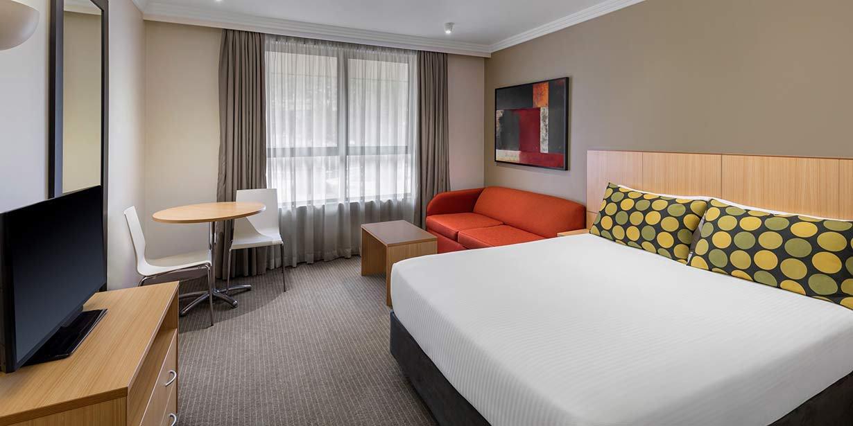 travelodge-hotel-garden-city-guest-room-queen-and-sofa-01-2016-(Custom).jpg
