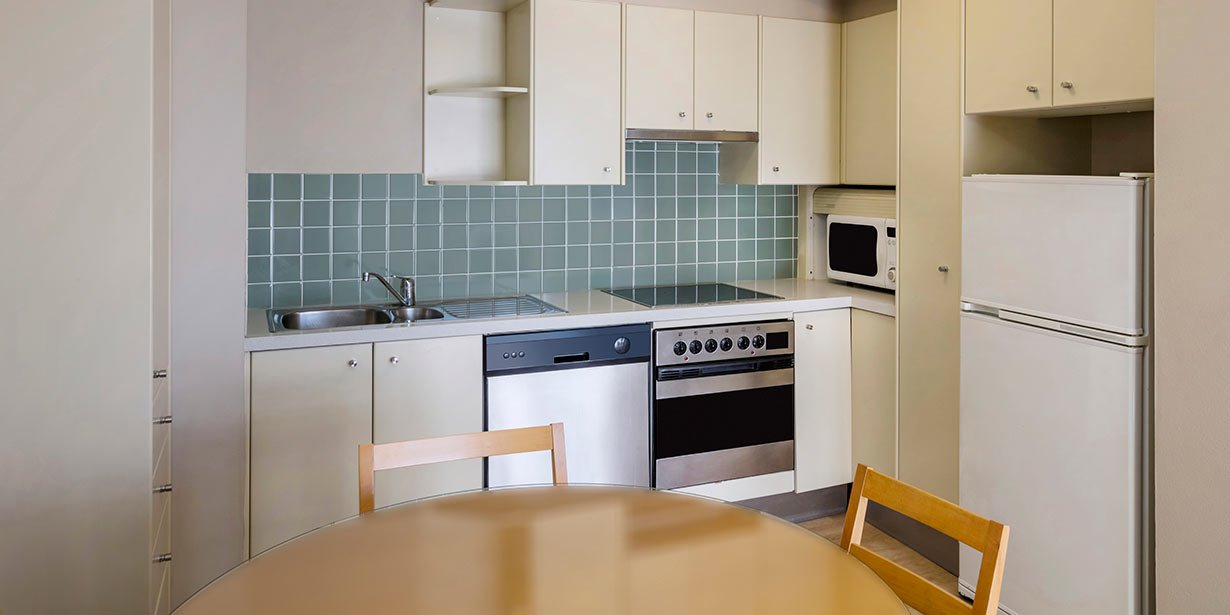 adina-apartment-hotel-coogee-one-bedroom-apartment-kitchen-2016.jpg