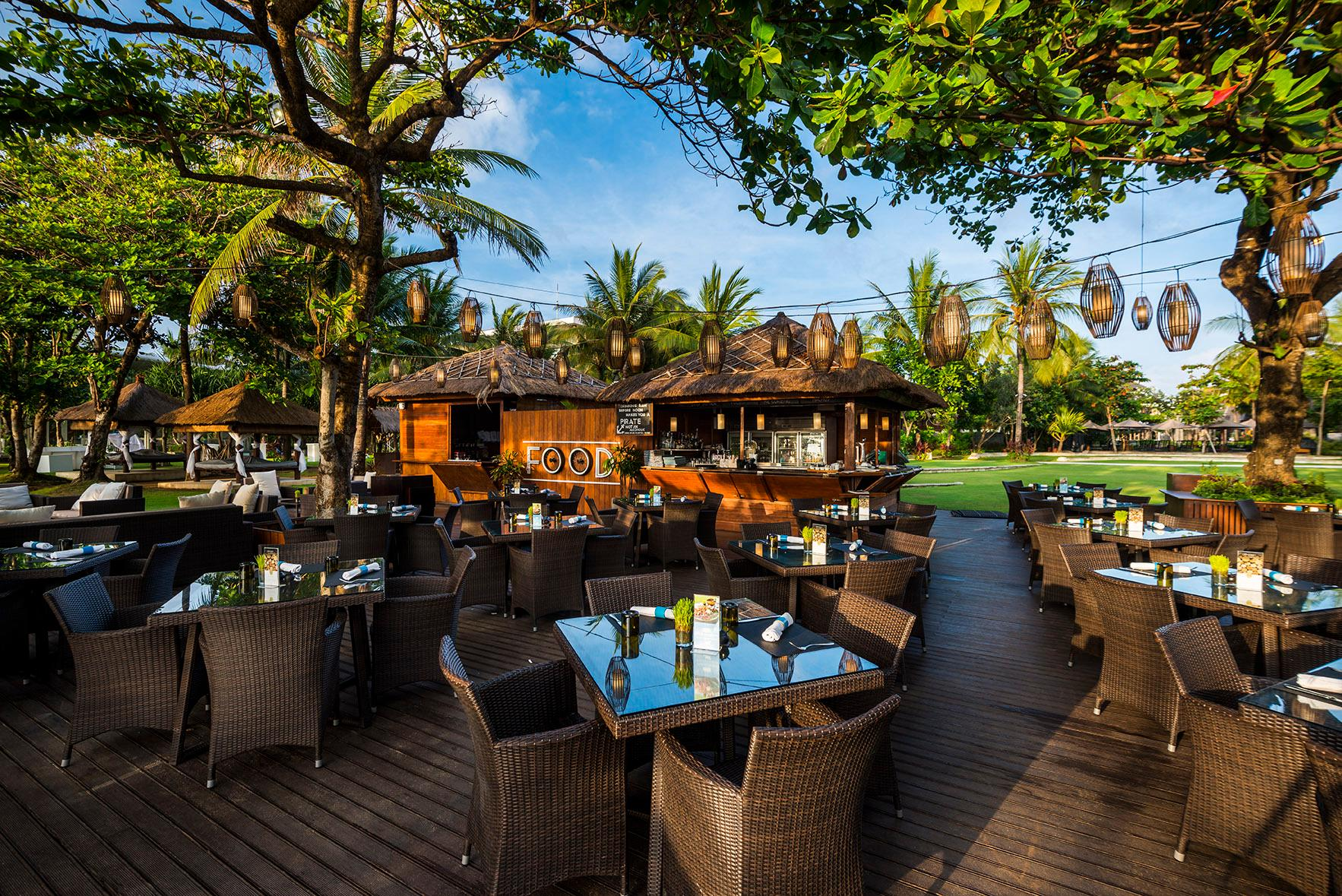 Toya Beach Bar & Grill at Sofitel